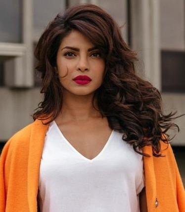 love  her makeup look here , find me a similar lipshade like priyanka is wearing - SeenIt