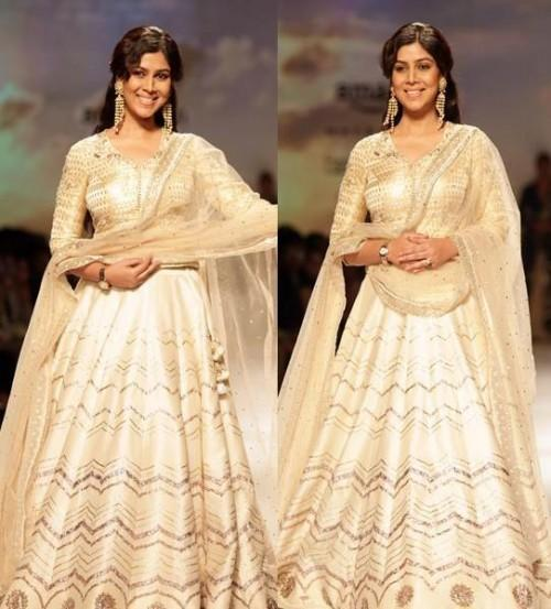 Yay or Nay? Sakshi Tanwar as the showstopper for Anju Modi at the Amazon fashion week Autumn Winter'17 - SeenIt