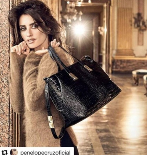 Looking for this black bag that Penelope Cruz is carrying - SeenIt