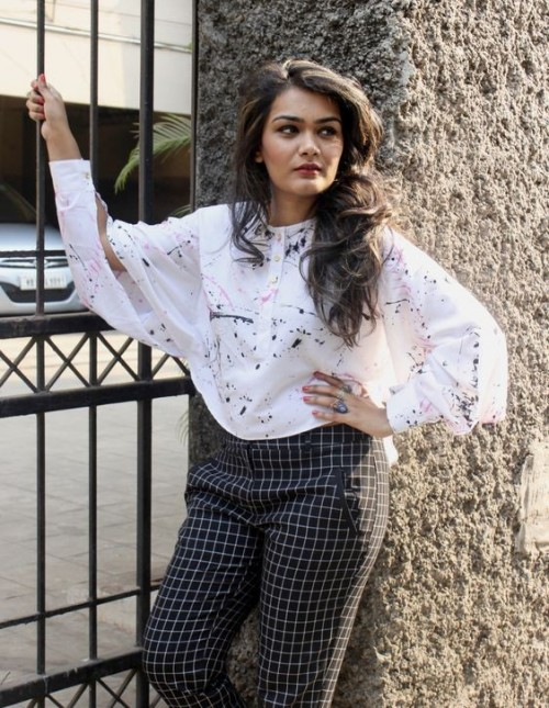 Want this loose pink paint print top that Riddhima Khanna is wearing. - SeenIt