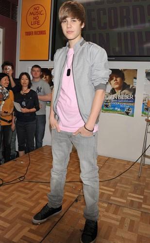 38a5703380d Looking for this pink tee with grey pants and jacket like Justin Beiber is  wearing -