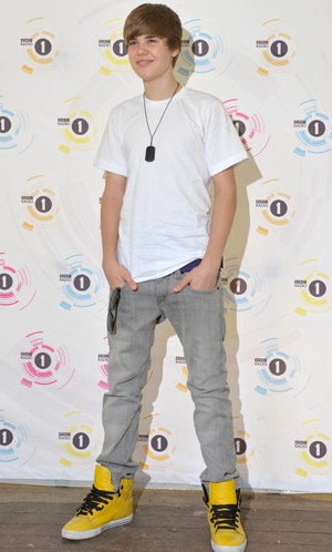 Looking for this white tee with grey pants and yellow shoes that Justin Beiber is wearing - SeenIt