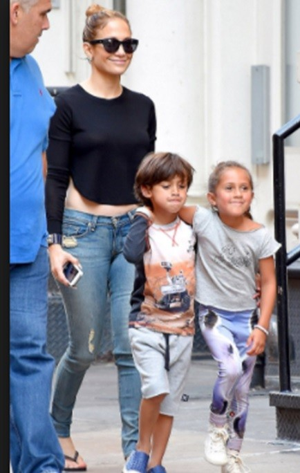 looking for this black full sleeves croptop that Jennifer Lopez is wearing - SeenIt