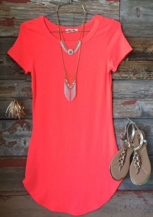 Looking for this pink tunic dress with layered necklace and gold sandals - SeenIt