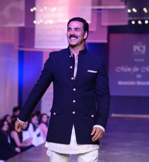 Looking for this navy blue blazer that Akshay Kumar is wearing - SeenIt