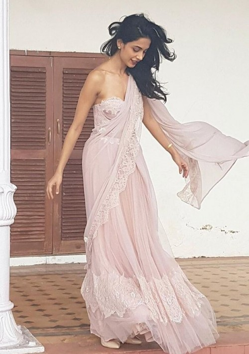 So in love with this lavender lace lehenga that Sarah Jane Dias is wearing.. Want exactly the same.. - SeenIt