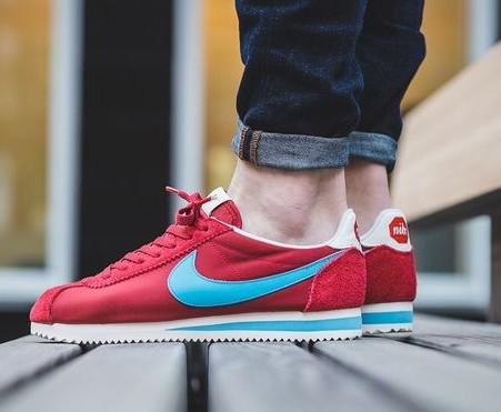 Looking for these running sneakers but black colour - SeenIt