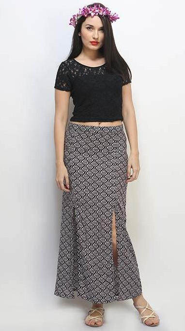 I am looking for this king of slit maxi skirt in size M or L ? Please do suggest guys .. where do i get it at reasonable price ? - SeenIt