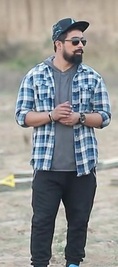 I'm looking for a similar grey t-shirt and blue checked shirt with black pants that Rannvijay Singh is wearing in MTV Roadies - SeenIt