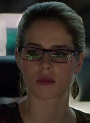 Felicity's leaf shaped earrings is what i want - SeenIt