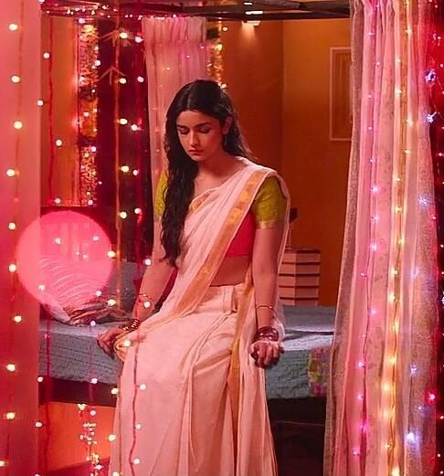 help me find a similar white saree like the one which Alia Bhatt is wearing in 2 states - SeenIt