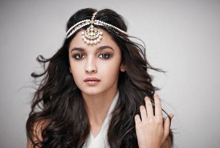 looking for a similar mangtika which Alia bhatt is wearing - SeenIt