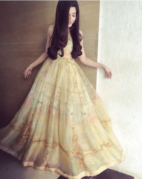 i'm looking for similar gown which Marwa Hocane is wearing for Sanam Teri Kasam promotions - SeenIt