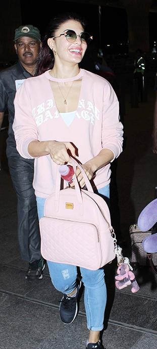 l am looking for same blue jeans, baby pink sweatshirt and black sneakers which jacqueline fernandez is wearing - SeenIt