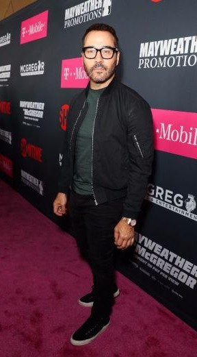 Yay or Nay? Jeremy Piven poses on the pink carpet at the Mayweather vs Mc Gregor fight held on Sunday - SeenIt