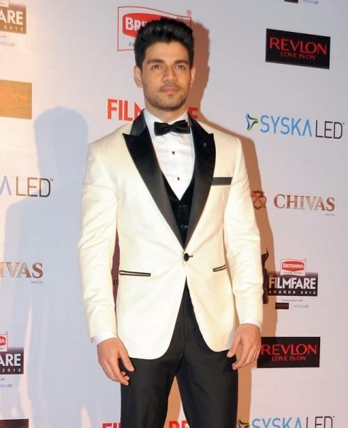 New in and How! Sooraj looked breathtaking in his attire. Male fashion icon indeed! - SeenIt