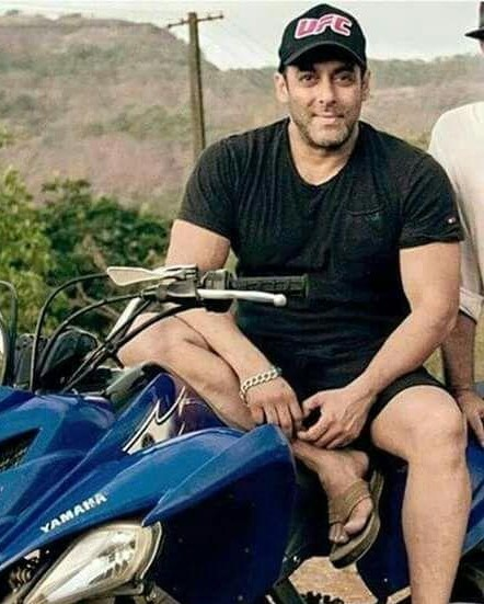 Want the same black tshirt which Salman Khan is wearing - SeenIt