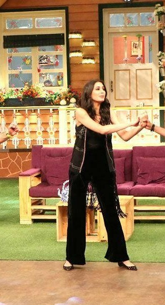 Want the black top, black pants and the printed sleeveless jacket which Nargis Fakhri is wearing on the sets of the kapil sharma show - SeenIt
