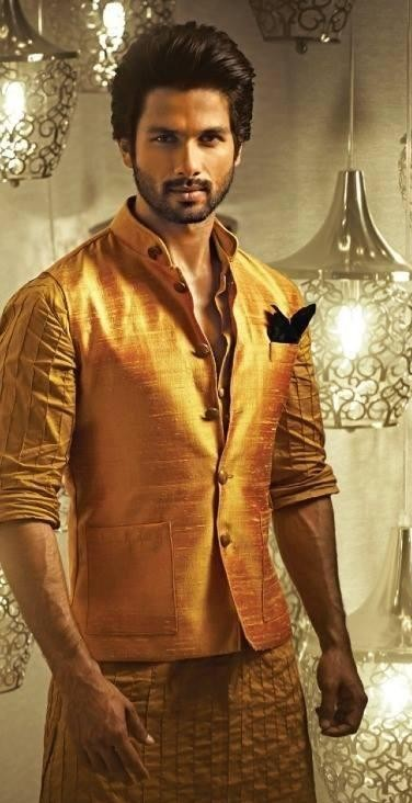Looking for this yellow bandhgala jacket that Shahid Kapoor is wearing - SeenIt