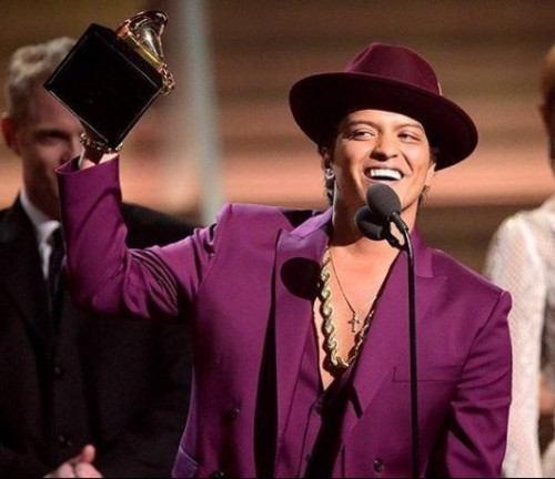 no one can pull off a purple suit like Bruno Mars. Dont you agree?? - SeenIt