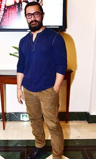 help me find a similar blue henley and textured pants which aamir khan is wearing! - SeenIt