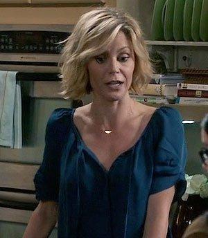 Claire Dunphy dark blue top modern family - SeenIt