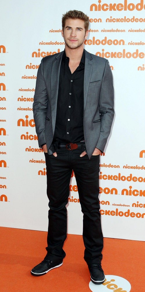 Black shirt, jeans and grey blazer that Liam Hemsworth is wearing - SeenIt