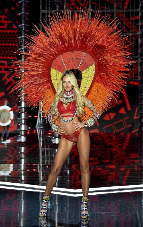 Yay or Nay ? Candice Swanepoel at the Victoria Secret Fashion Show 2017 in Shanghai - SeenIt