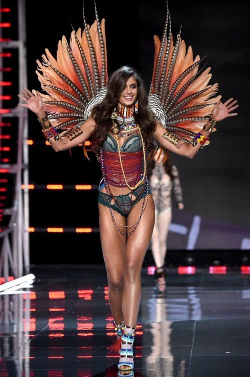 Yay or Nay ? Taylor Hill at the Victoria Secret Fashion Show 2017 in Shanghai - SeenIt