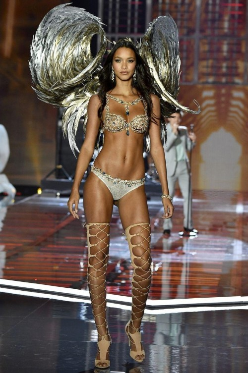 Yay or Nay ? Lais Ribeiro wearing the fantasy bra at the Victoria Secret Fashion Show 2017 in Shanghai - SeenIt