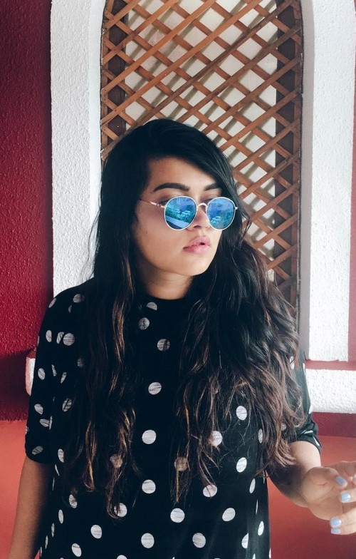 These blue sunglasses that is seen in Giasaysthat - SeenIt