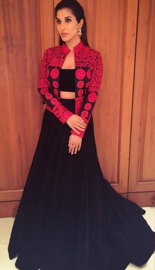 Red and Black can never go wrong! Sophie proved it indeed in her Manish Malhotra creation! - SeenIt