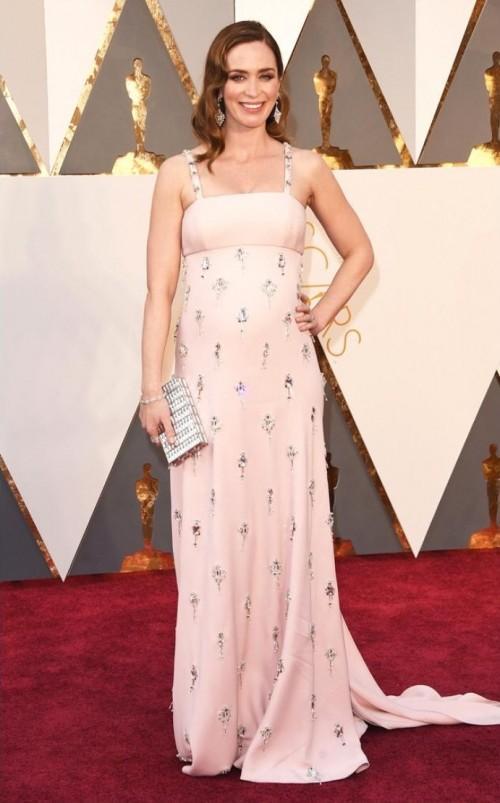 Emily Blunt in Prada and pregnant.... BEAUTIFULl!! - SeenIt