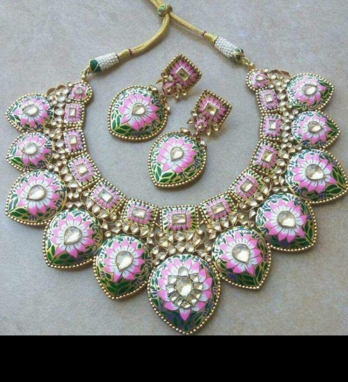I am looking for same kind of necklace. - SeenIt
