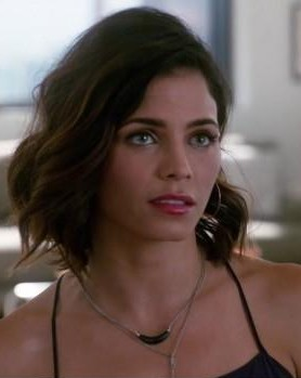 "I'm looking for the Black necklace (from super girl season one worn by ""Lucy lane"") - SeenIt"