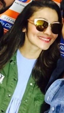 LOVE Alia's sunglasses in this Kapoor & Sons promo!! which Indian site can I find them on? - SeenIt