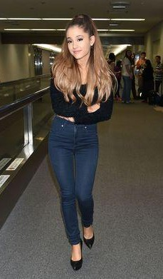 179a943e43a037 Ariana Grande in a black top and blue jeans outfit - SeenIt
