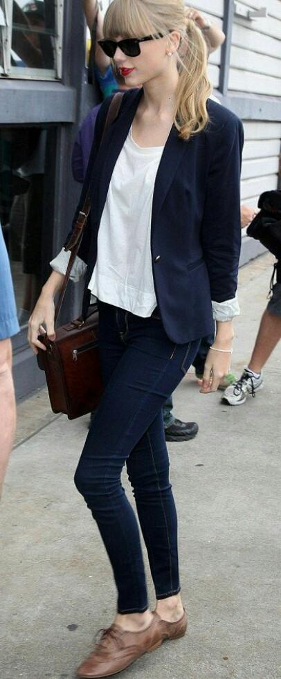 I'm looking for the same outfit which Taylor Swift is wearing in this picture. - SeenIt