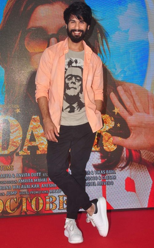 what do you think of that peach coloured shirt on Shahid Kapoor?? - SeenIt