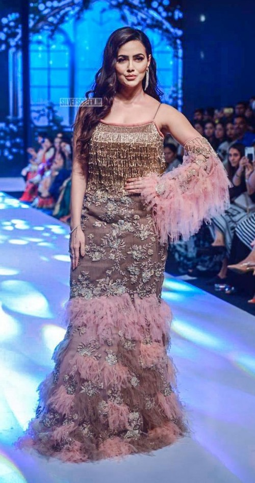 Yay or Nay? Sana Khan walks the ramp as a show stopper for Arby's label  during the Bombay times fashion week - SeenIt