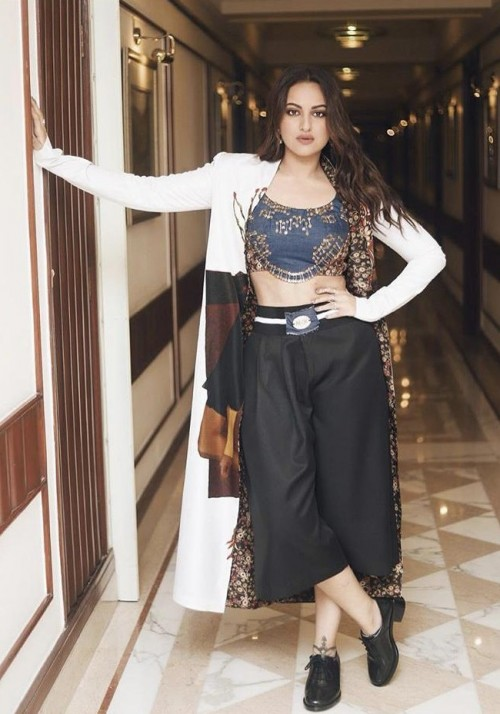 Help me find a similar outfit like Sonakshi Sinha is wearing at the promotions of Missionmangal - SeenIt