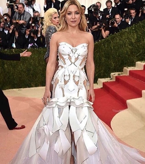Kate Hudson in a white Versace gown <3 - SeenIt