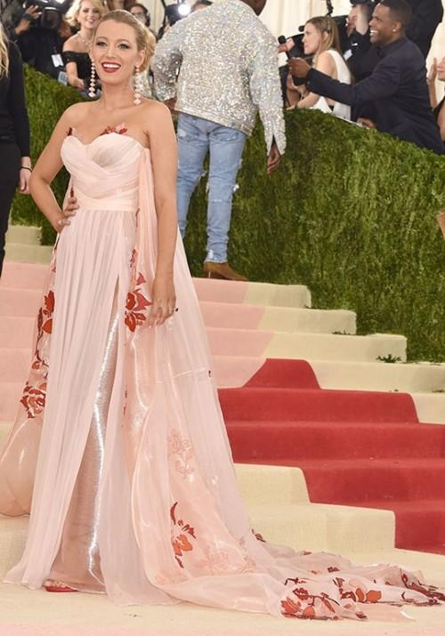 Blake Lively looking goddess like in a Burberry gown and of course always on point. - SeenIt