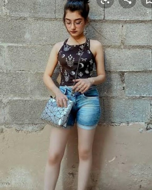 I am looking for the same accessories and outfit - SeenIt