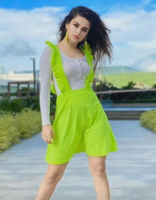 looking for the same neon green duangree like avneet kaur  please help - SeenIt