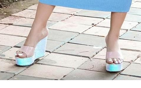 I am looking for this similar shoes...... - SeenIt