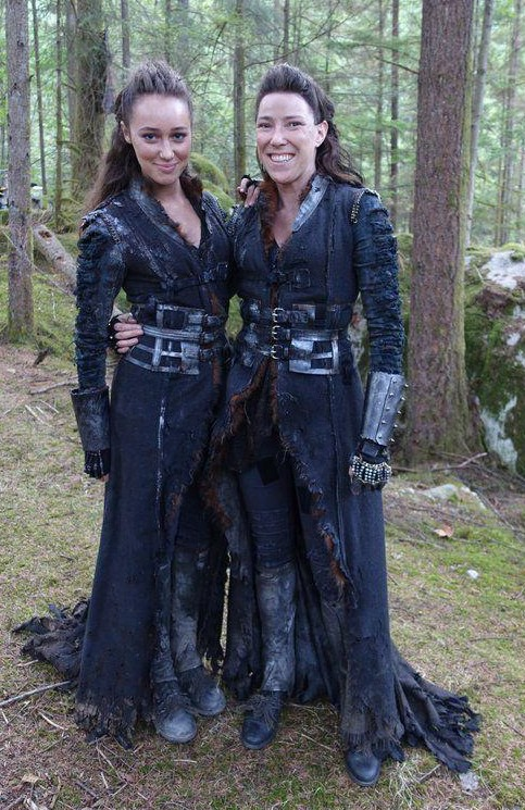 I'm looking for a similar coat to what lexa wears in the 100. And what type of coat would you call that? - SeenIt