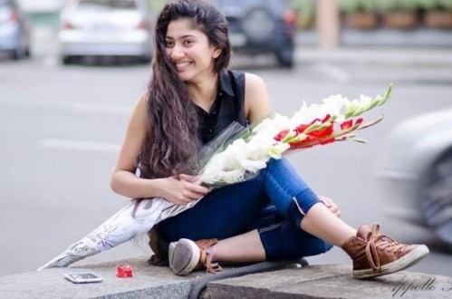 I'm looking for the same shoes wear by Sai Pallavi - SeenIt