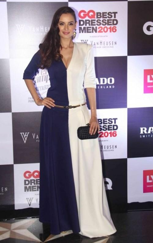 Evelyn Sharma looked pretty like always in Karan Malhotra outfit for GQ 2016 awards. - SeenIt