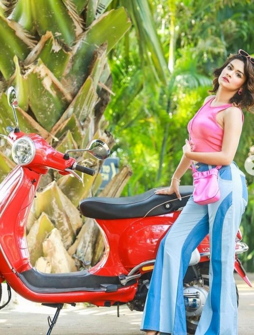 wanted the similar outfit, bag and heels as avneet Kaur is seen wearing in ex - calling - SeenIt